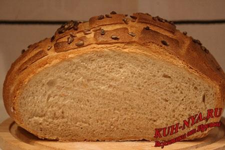 Деревенский пшеничный хлеб с семечками подсолнуха