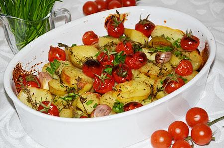 Картофель, запеченный с чесноком, помидорами, пряными травами и оливковым маслом